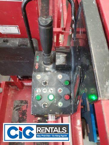 Sử dụng cần điều khiển để điều khiển xe nâng người