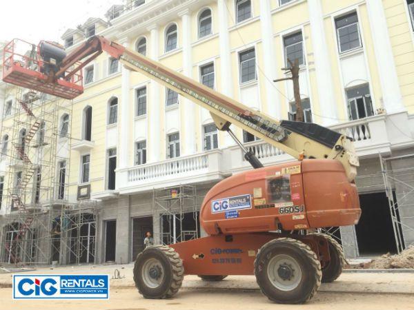 Xe nâng người CiG thi công hoàn thiện khu biệt thự ở Bãi Cháy, Hạ Long