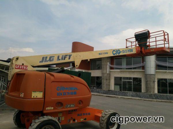 Xe nâng người JLG 400S làm việc tại Ban điều hành KCN Thăng Long II