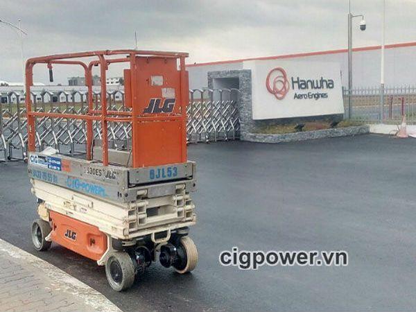 Xe nâng người làm việc tại Hanwha – Khu công nghệ cao Láng Hòa Lạc