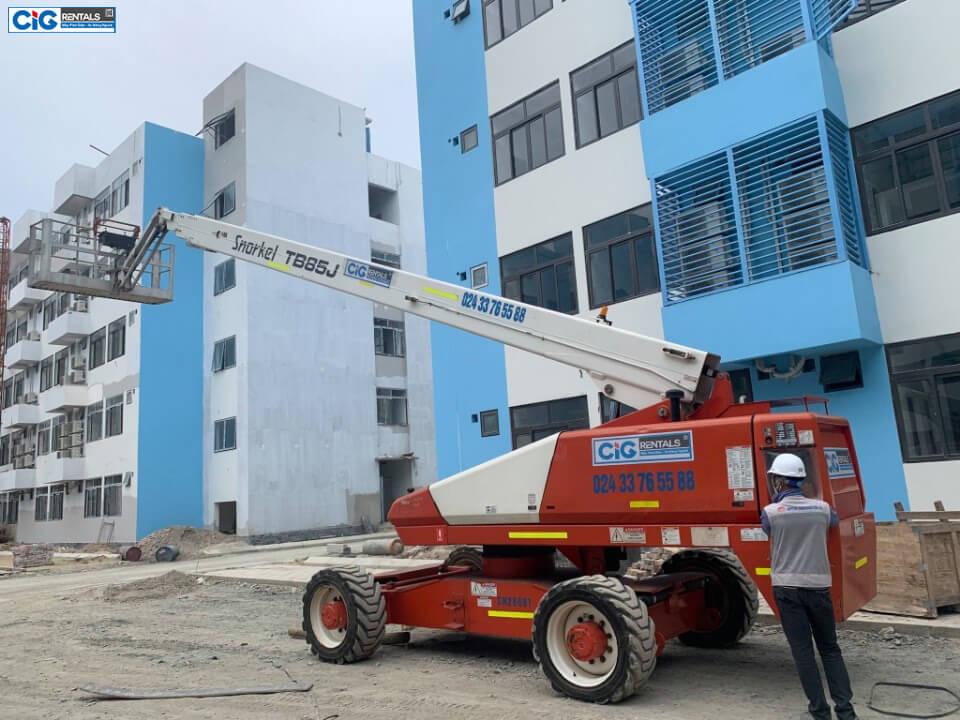 Xe thang nâng 28m dạng cần thẳng thi công tại khu xí nghiệp