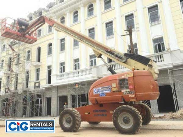 Công dụng xe nâng người khi sử dụng trong xây dựng