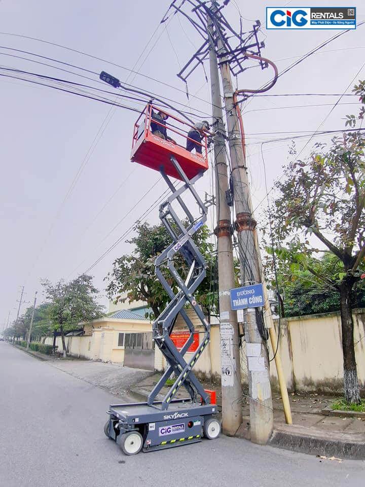Ứng dụng xe nâng người trong sửa chữa điện