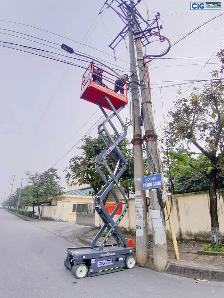 Ứng dụng thang nâng người 8 mét trong sửa chữa điện