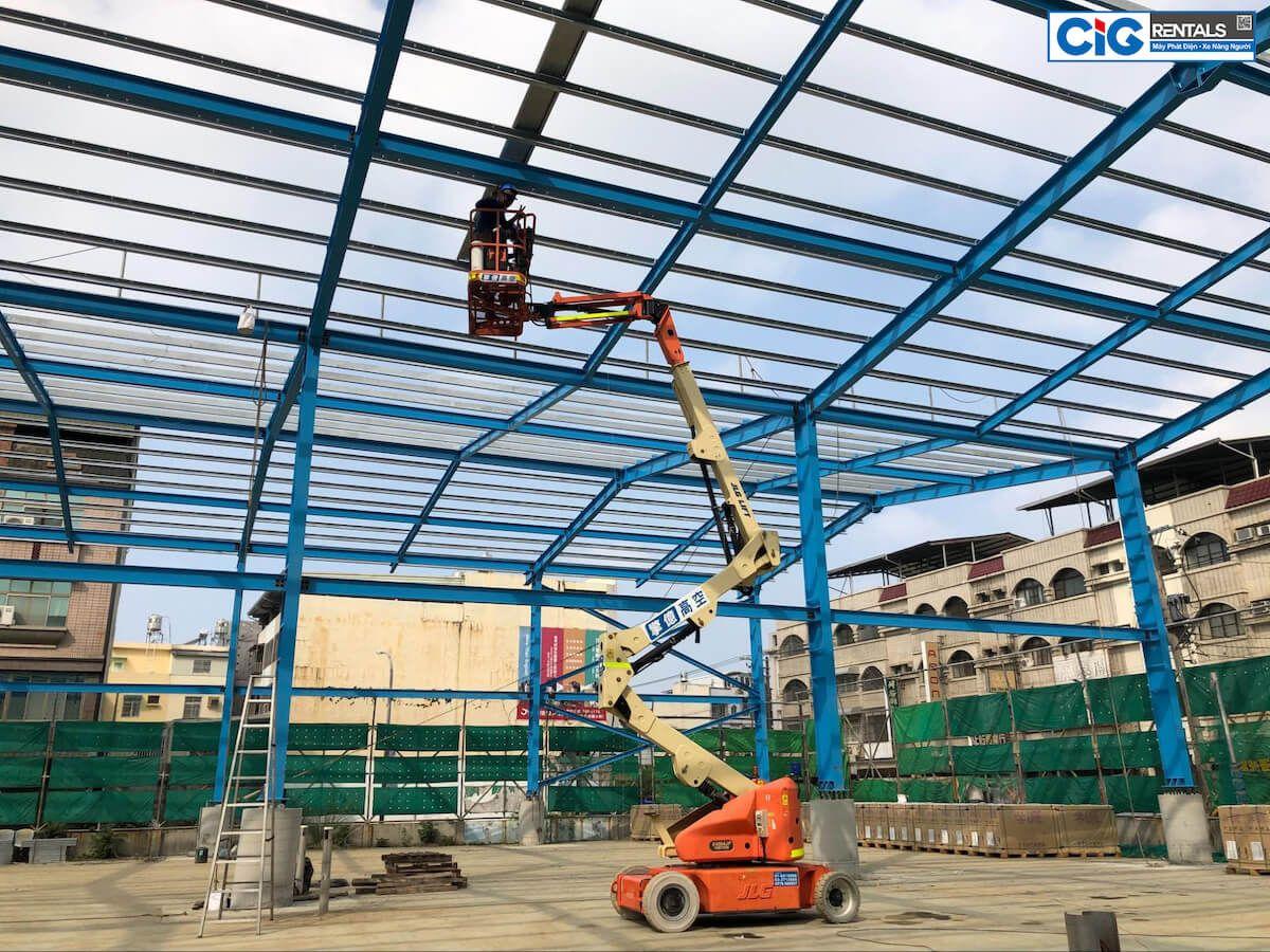 Ứng dụng xe nâng người 22m gấp khúc trong xây dựng nhà xưởng