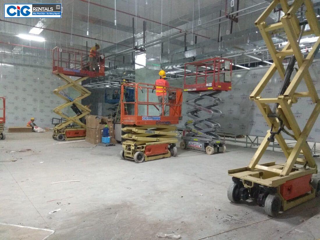 Xe nâng người 14m dạng cắt kéo thi công trong tòa nhà